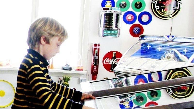 HELDIGE HERMAN: Herman Mathisen har en fullskala arcade-flipper å leke seg med hjemme.