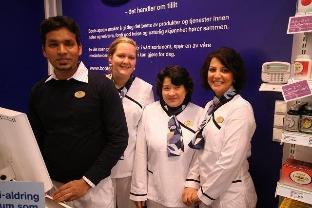 Balen Ramanathan (f.v.), Kari Christiane Bjerknes, Mai Nguyen og daglig leder Mahnaz Hashemi er fornøyde med nyåpningen av det nye apoteket på Linderud senter.