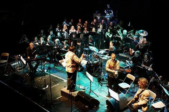 Dirigent Bjørn Morten Kjærnes hadde mye nytt stoff å by på denne søndagskvelden. Det vanket både urframføringer og nye arrangement spesielt for Rockefeller-konserten. Og musikerne med de fire solistene ga en forrykende Funk & Soul Night.