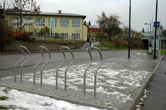Slik ser de nye sykkelstativene ut. Til sammen 27 slike er nå utplasser på Storo og her på Tåsen. Foto: Karl Andreas Kjelstrup