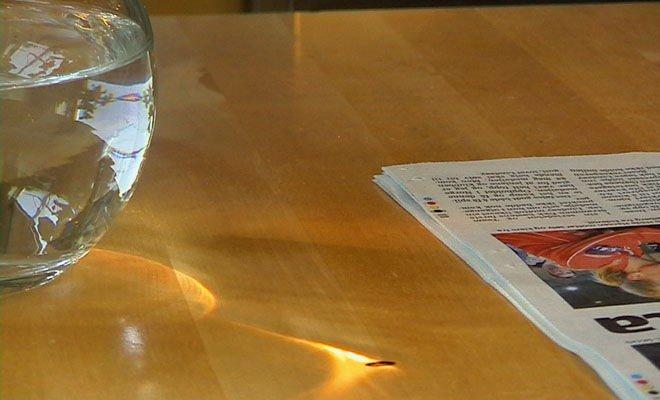 FARLIG: Slik lagde muggen brannmerket i bordet til Anne-Grethe Solhaug på Kløfta. Det er lett å se for seg hva som kunne skje hvis avisen hadde ligget nærmere.