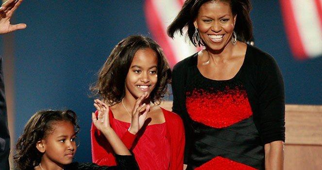 HYLLES: Michelle Obamas kjolevalg på vinnerkvelden diskuteres på moteblogger verden over. Her med døtrene Malia og Sasha. (klikk på forstørrelsesglasset for å se hele bildet).