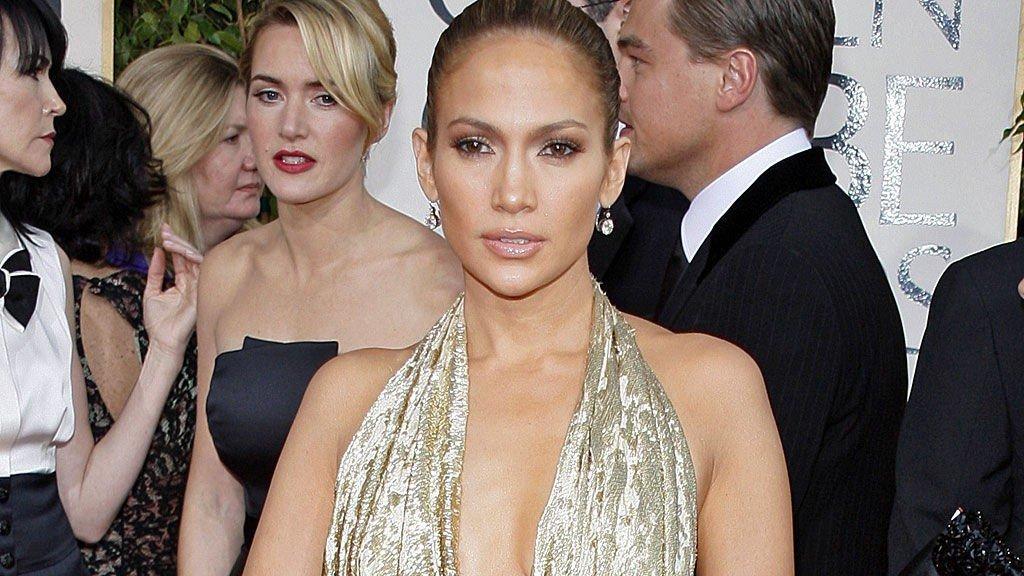 J-LO: Uten giftering, strålende vakker og med kveldens dristigste kjole. Er Kate i bakgrunnen sjalu, eller lurer hun på hvorfor J-Lo ikke har trent ryggen før hun viser all den huden?
