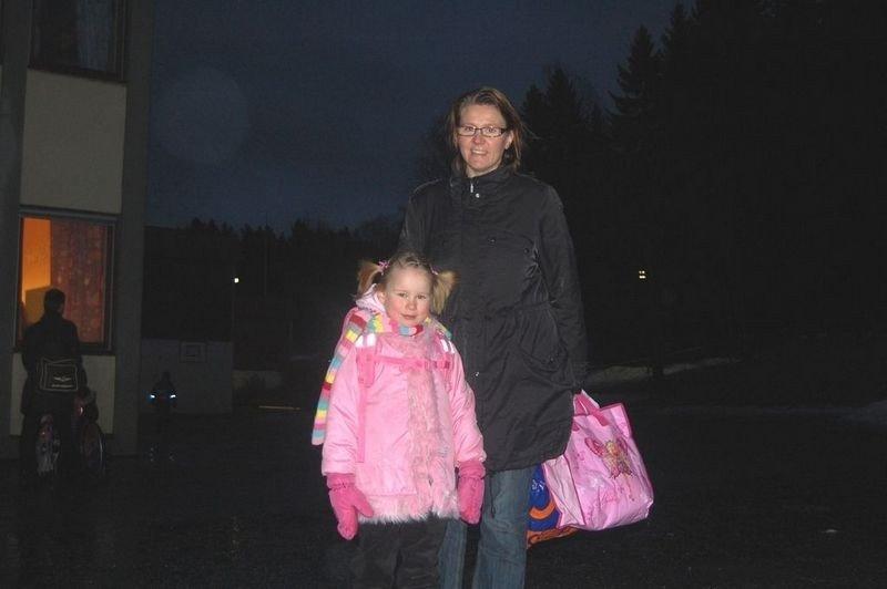 Fem år gamle Cecilie Larsen ble fulgt til skolen av mamma Elisabeth på sin aller første skoledag. Fem måneder etter alle andre barna.