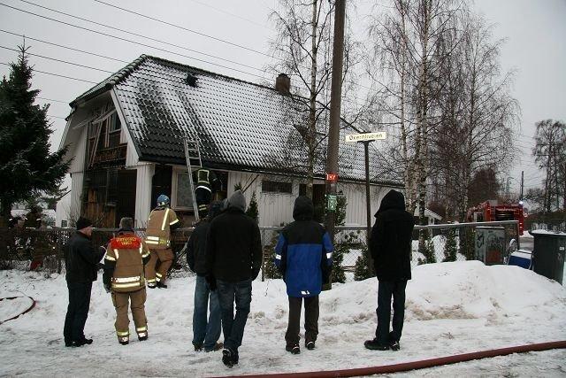 Alle som bodde i eneboligen kom seg ut da brannen oppstod fredag morgen.