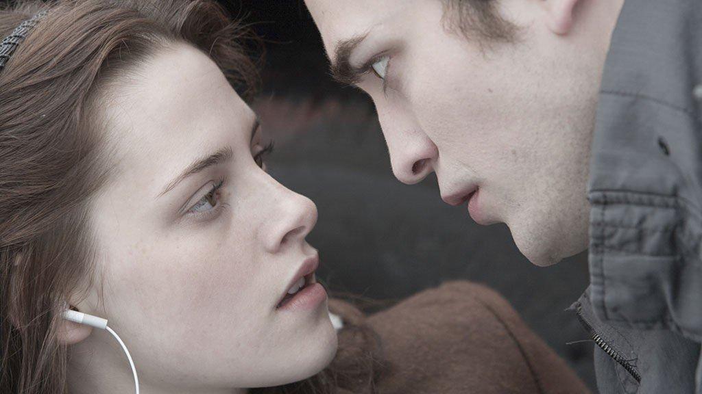 ROMANSE: Kirsten Stewart som Bella og Robert Pattinson som Edward Cullen i filmen «Twilight», basert på Stephenie Meyers første bok.