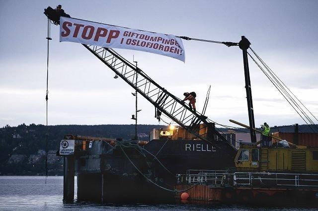 Knut Chr. Hallan og Frank Hugo Storelv ble den 7. september 2007 fjernet av politiet etter at de lenket seg fast i masten på lekteren ved Malmøykalven. Nå må de møte i retten.