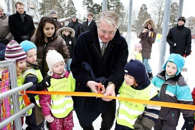 Ordfører Fabian Stang klippet over båndet sammen med spente Rosenhagen-barn, Vilde, Samuel, Fam, Emelian og Victor.