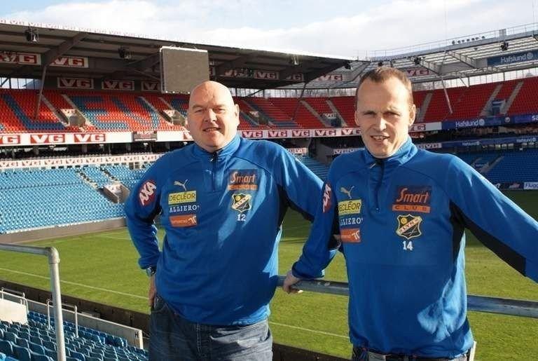 Han er en ryddegutt på midtbanen, løpssterk og best defensivt, sier sportssjef Rolf Magne Walstad om Lyns nye spiller. Her sammen med Finn Bredo Olsen.