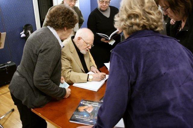 Arne Bendiksen signerte villig plater og bøker for de fremmøtte.