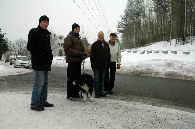 Bjørn Johansen, Ingvar Åkeson og Petter Haagensen mener hunder skal holdes i bånd på kirkegården. Foto: Karl Andreas Kjelstrup