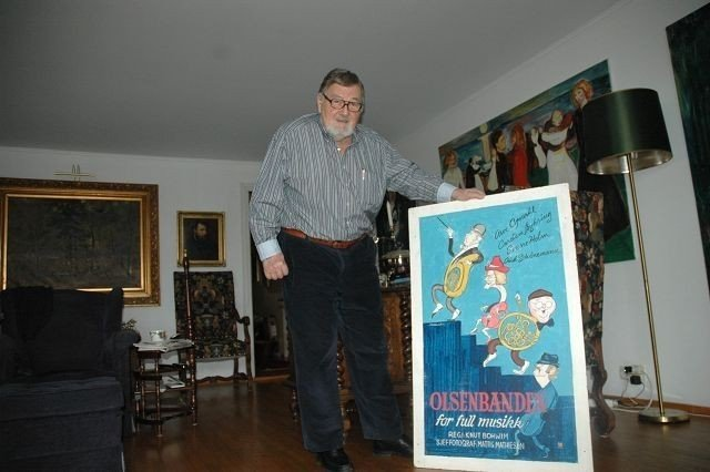 Knut Bohwim viser frem et maleri han fikk i forbindelse med Olsenbanden for full musikk. Foto: Andreas Lindbæk