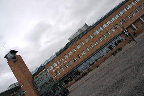 En tidligere kontorsjef på Rikshospitalet er tiltalt for grov utroskap i tjenesten.
