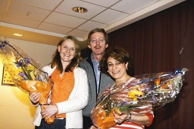 En tydelig stolt BU-leder Knut Røli benyttet anledning til å overrekke blomster til Malaka Izzati og Mariann Munte under BU-møtet torsdag.