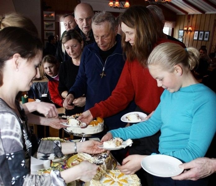 Lørdag inviterte vertskapet på Sandbakken, Irene Asphaug og Even Saugstad til jubileumsbursdag, og da ble det selvfølgelig servert bløtkake.