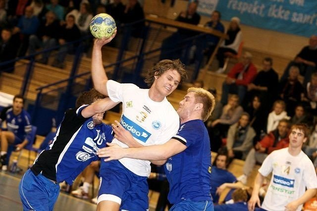 BSK/NIFs Simen Strømberg sklir forbi Oppsals Martin Haagensen (venstre) og Espen Granli, og scorer ett av sine to mål.