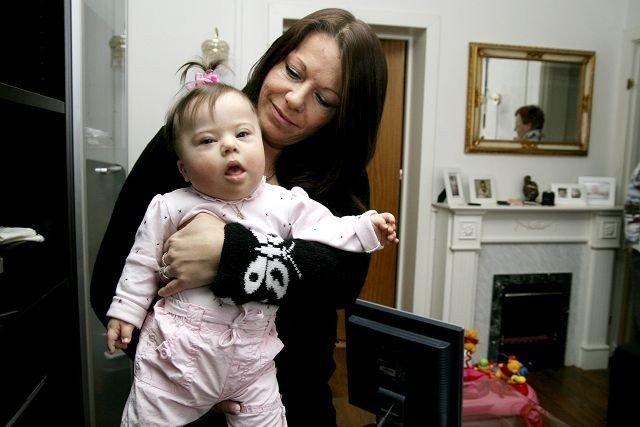 Anne Lise Henriksen med datteren Natalie. Nå lover byrådet å følge saken. ARKIVFOTO: MAREN THORSEN BLESKESTAD