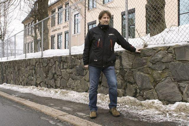 Jan Arild Linja forteller at fortauet ved Høybråten skole skal oppgraderes. Da blir det tryggere, sier han.