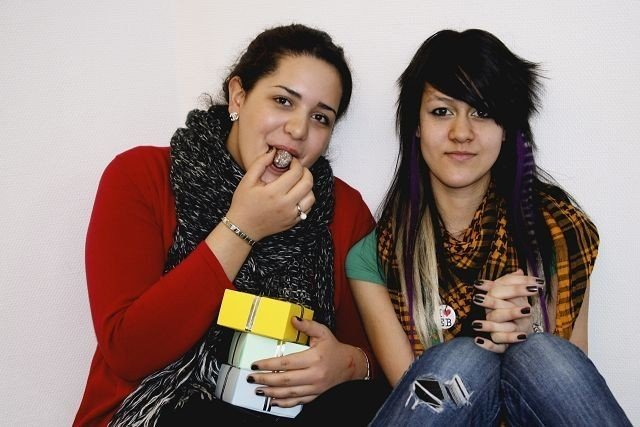 ? Sjokolade får folk til å smile, sier Marwa Bahij (15 år) og Phanida Meesin (14 år).
