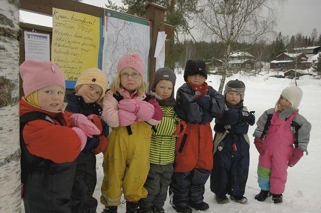 Hanne, Astrid, Elise, Sven Kristoffer, Jonathan, Tobias og Sara liker ikke å ha hundebæsj i barnehagen. Foto: Karl Andreas Kjelstrup