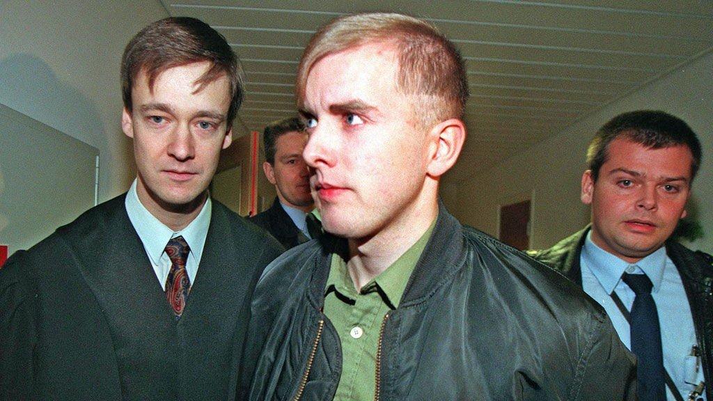 John Christian Elden (t.v.) har lenge vært forsvarer for høyreekstreme Varg Vikernes (i midten). Nå er Elden bistandsadvokat for flere Utøya-pårørende, mens Vikernes fortsetter sine høyreekstreme utspill. Her er de fotografert sammen i Asker og Bærums Herredsrett i 1997.
