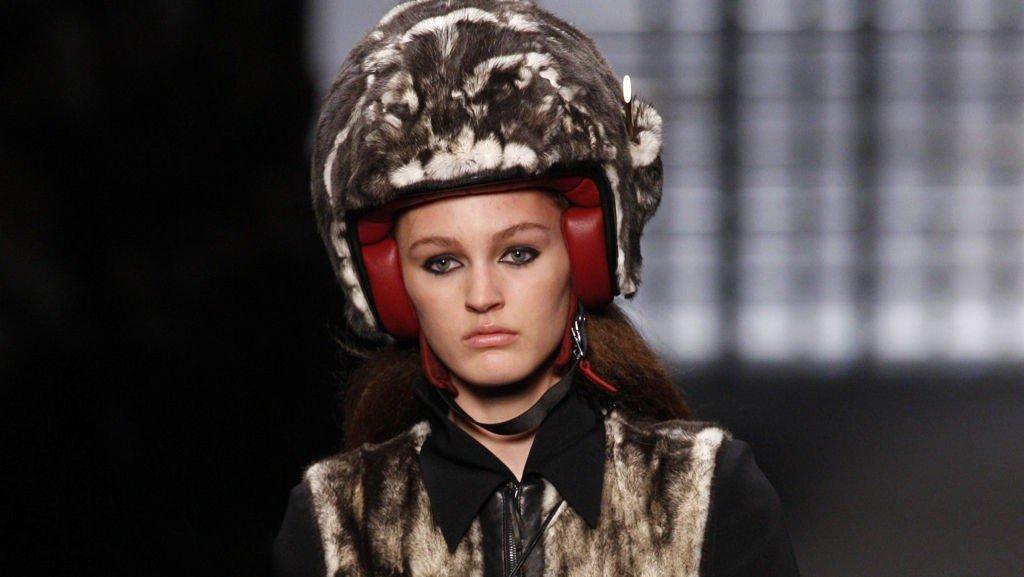 LODDENT PÅ TOPP: Slik vil Karl Lagerfeld at scooter-kjørende kvinner skal kle seg neste vinter.