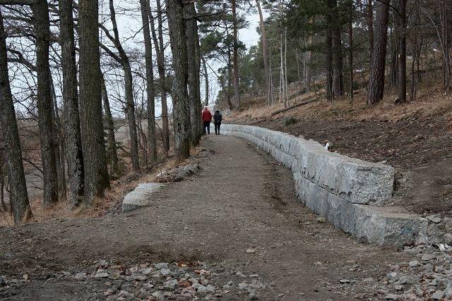 Arbeidene med å oppgradere turveien fra Hvervenbukta og nordover er i full gang. Støttemuren på bildet viser at det blir gjort solid arbeid. Prosjektet skal etter planen være ferdig i juni.