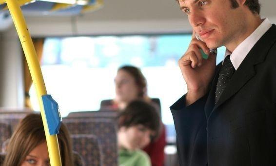 BLA-BLA: Snakker du høylytt i mobilen på bussen eller toget? Da irriterer du 72 prosent av de som sitter i nærheten.