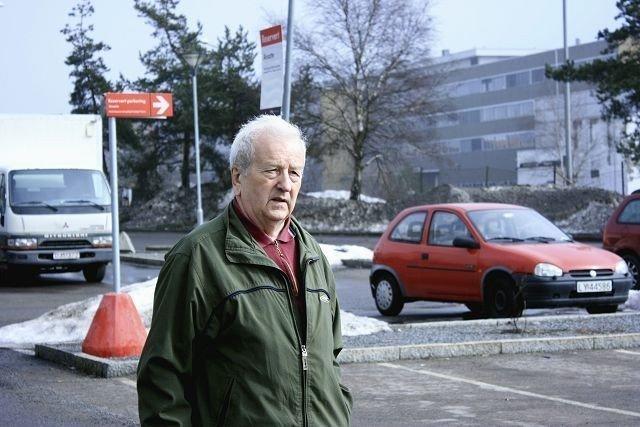 På en travel lørdag, med masse folk og kamp om parkeringsplassene på Tveita Senter, ble det parkeringsbot på Kjell Viktor Gaska. Den i utgangspunktet gratis parkeringen ble en heller kostbar affære. Med svært så lik skilting og med mange biler rundt seg, var han et øyeblikk uoppmerksom og satte bilen på reservert plass.