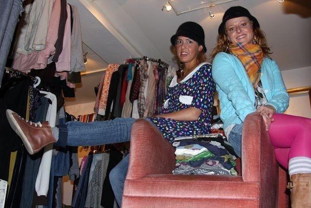 Angela og Julia holder butikken åpen på torsda, fredag og lørdag. ALLE FOTO: JULIE MESSEL