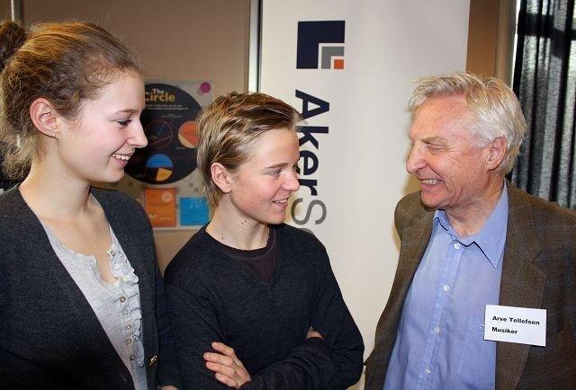 Elevrådsrepresentantene i 10A, Erlend Owesen og Frida Bowe, får tips om hvordan man kan bli musiker av Arve Tellefsen.