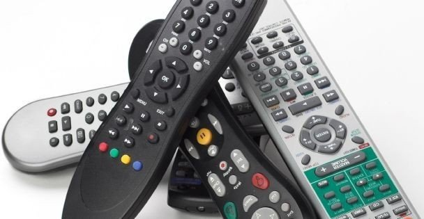 REMOTE: Fjernkontroll-rot på stuebordet? Du kan bytte dem alle ut med én universalkontroll.
