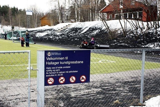 Bildet av Hallager kunstgressbane er tatt rett før påske, men Ljan idrettsforening forsiker at alt som sees på bildet nå er fjernet.