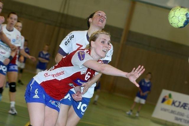 NIFs Arnhild Holmlimo (bak) i en tøff duell med Byåsens Vigdis Hårsaker.