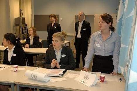 Elever fra Berg og Katta produserte FN-resolusjoner på løpende bånd under den simulerte FN-konferansen på Berg videregående. Foto: Anders Jørstad