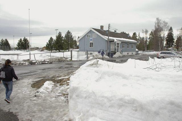 Idrettshallen på Korsvoll er neppe ferdig til neste år, slik Oslo Idrettshaller håpet i fjor. Her Korsvollhuset, med tomten i Langåsveien 20 til høyre. Foto: Karl Andreas Kjelstrup