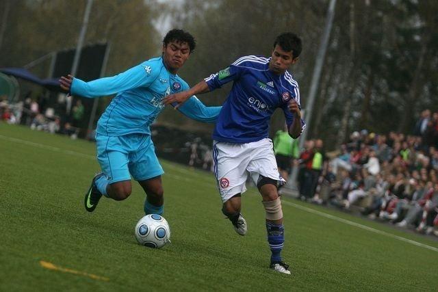 Cato Valøy (høyre) lager mye trøbbel for motstanderne. Her i kamp med VIFs Mario Roberto Martinez.