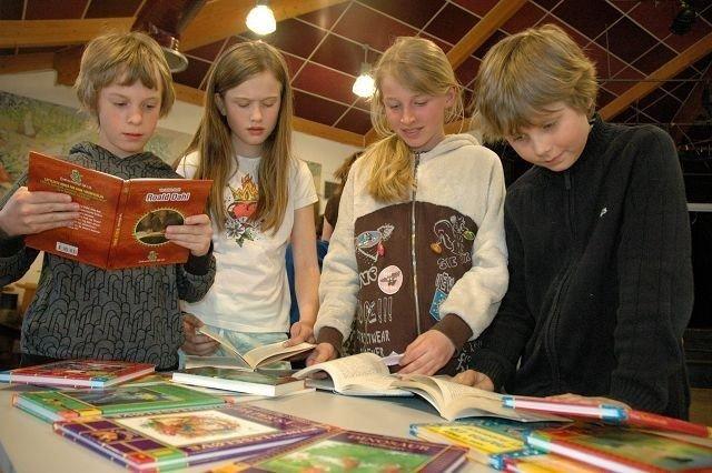 Torkel (12), Malin (11), Mari (10) og Sander (10) fant alle noe de likte på Verdens bokdag, som markeres i over 100 land. Foto: Karl Andreas Kjelstrup