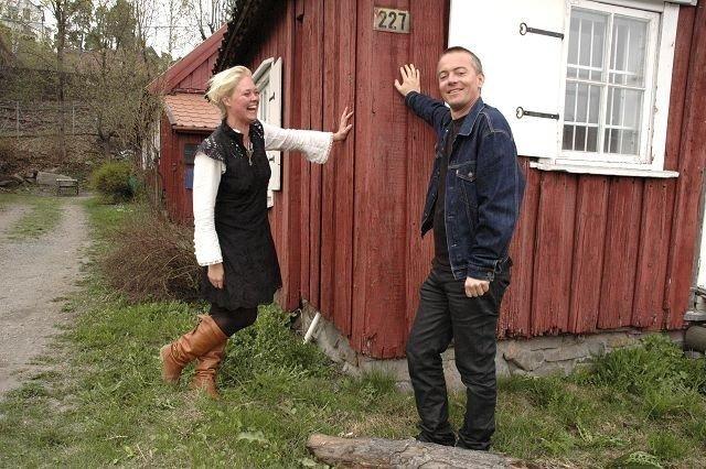 André Korsaksel kan fortelle leietaker og kunstneren Bjørg Thorhallsdottir at Byantikvaren bevilger 250 000 kroner til Vækerøstuen. Foto: Vidar Bakken