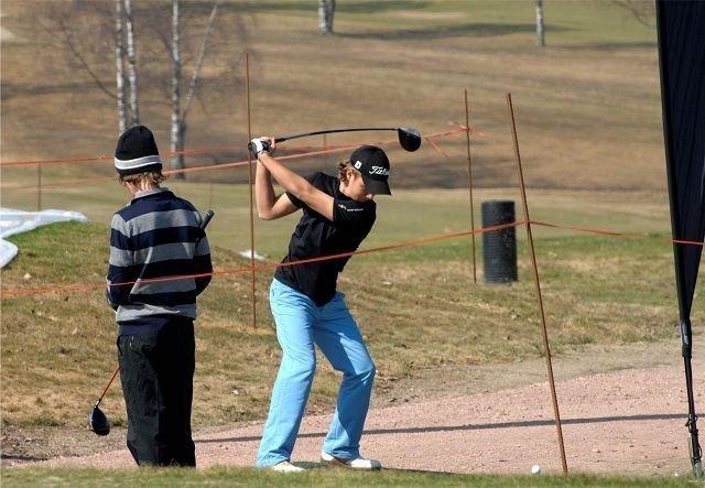 Golftalentet Mathias Schjølberg slo til med dagens nest lengste drive, 267 meter carry! Konkurranser var en del av markedet på Bogstad lørdag. Foto: Tom Kevin Aslesen
