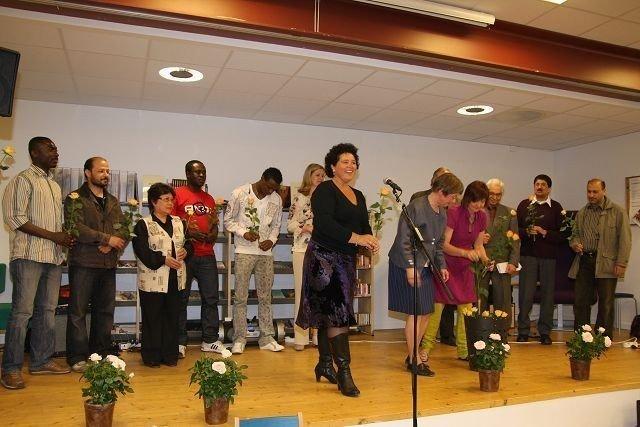 Else Birgitte Rocher-Nielsen var tydelig svært stolt under den offisielle åpningen. Her sammen med elever og ansatte.