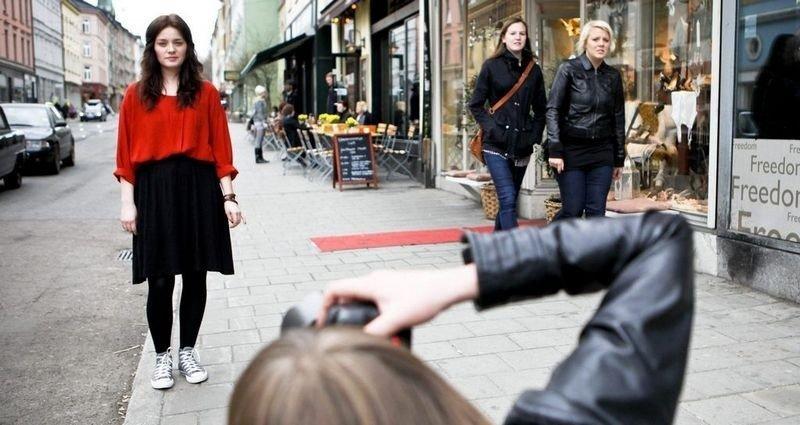 GATESMART: Kledd i loppemarkedsfunn og joggesko fanger svenske Josefine Holm oppmerksomheten til gatemoteblogger Linda Helen Angen. De jeans- og svartkledde får passere i fred.