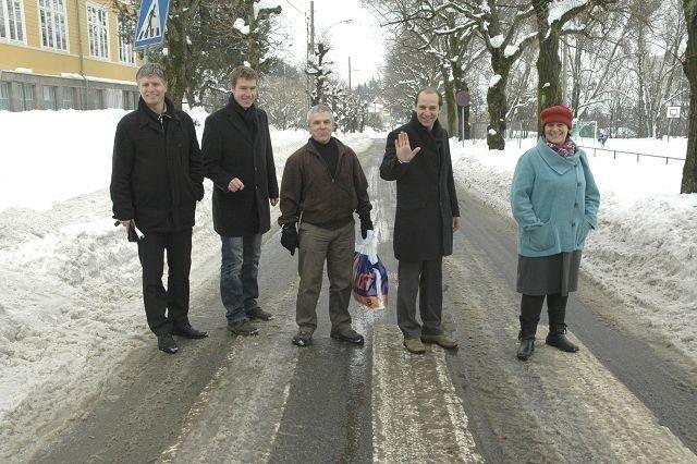 Grefsen FAU-leder Erik Skei og driftsstyremedlem Bent Gether-Rønning (BU-medlem for Høyre) (nummer to og tre fra venstre), fikk med seg bystyrepolitikerne Ola Elvestuen (V), Knut Even Lindsjørn (SV) og Tone Tellevik Dahl (Ap) i vinter på kravet om å stenge Kapellveien for å skape «Oslos flotteste skoleområde på Grefsen». Nå sier bydelsutvalget seg enig.