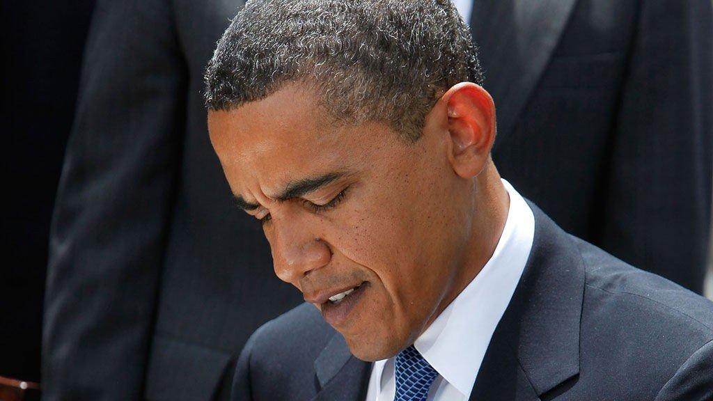 TAR PENNEN FATT: Istedet for å fikle med en sigarett, signerte Barack Obama en ny tobbaksreguleringslov denne uken.