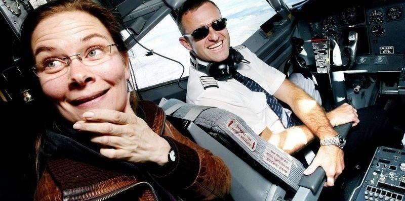 """AUTOPILOT: – Det er ikke farlig å fly, bedyrer kaptein Hans Martin Hansen i Norwegian-flyets cockpit – 35.000 fot over landjorda. Journalisten tviler: """"Bør ikke den mannen se mot kjøreretningen snart?"""""""