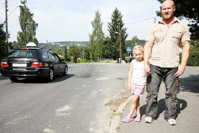 """Frank Hansen og datteren Chantelle ved """"motorveien"""" nederst i Ulsrudveien."""