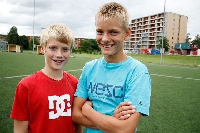 Vennskap: Ola Standal Muren (12) og Kristian August Aas (12) har vært bestevenner fra de var små. Breakdance er guttas store lidenskap og denne sommeren har de lært seg et helt nytt triks.