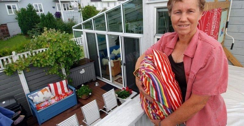 LY: Hjemme hos sivilarkitekt og interiørbokforfatter Laila Eriksen er det bygget en dobbel halvåpen levegg av kledningsbord for å beskytte mot vind.