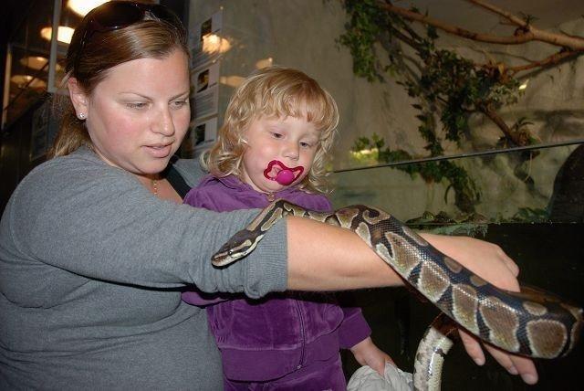 Christine Tobiesen sammen med den modige datteren Emilie, hilser på Jake the snake.