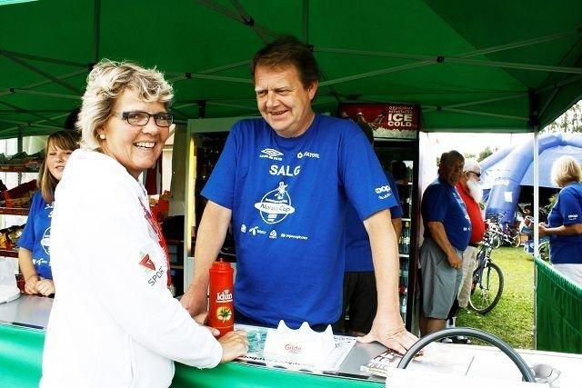 Elsa Stigen Ringdal sjekker hvordan det står til i boden hvor mannen Rolf Eirik Ringdal (bildet) står. Hele familien Ringdal er engasjert i Norway Cup. FOTO: Kristin Trosvik
